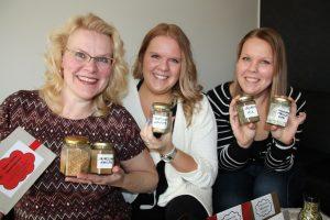 STM-Markkinoinnin naiset maustepurkkien kanssa